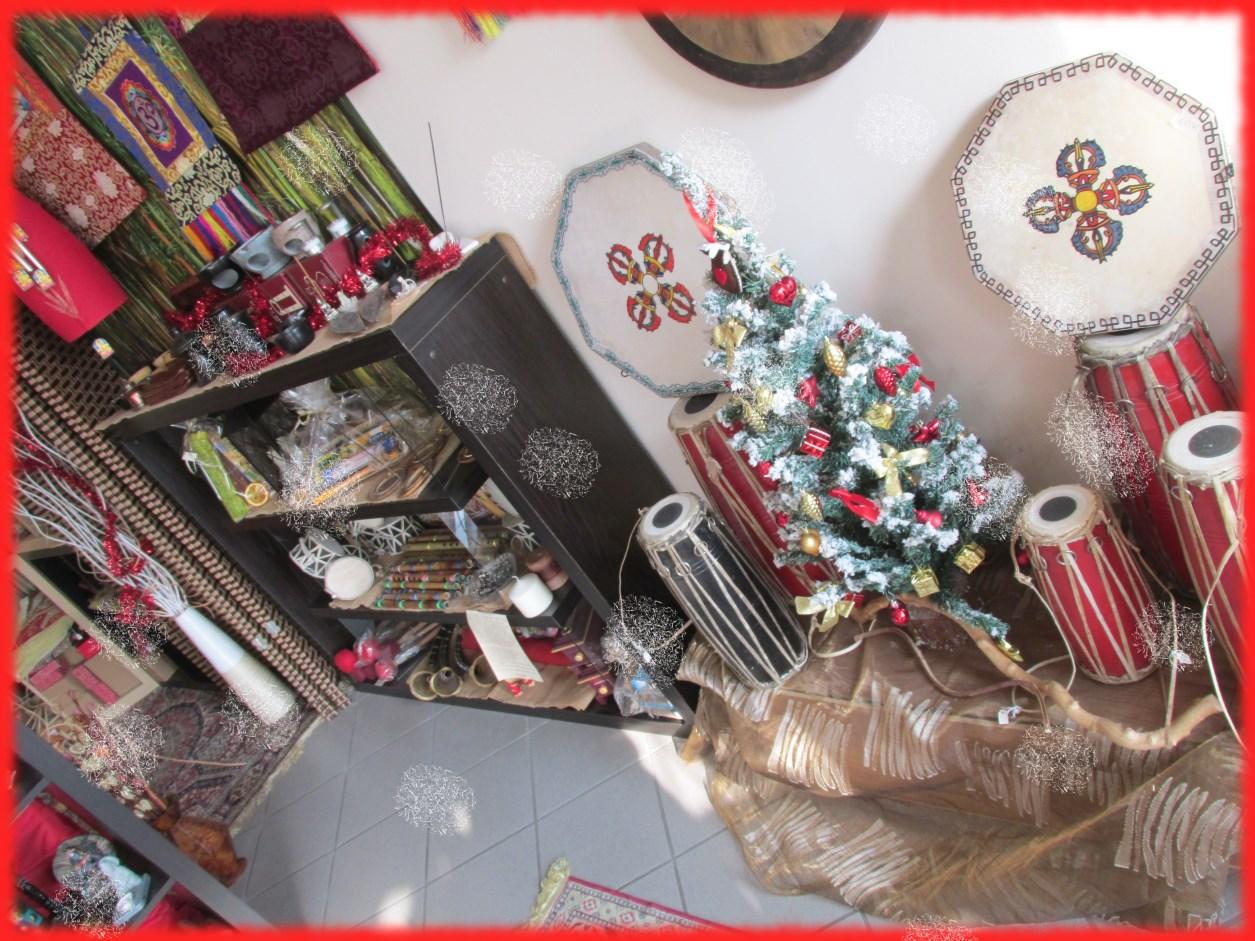 Angolo albero e strumenti a fiato e percussione
